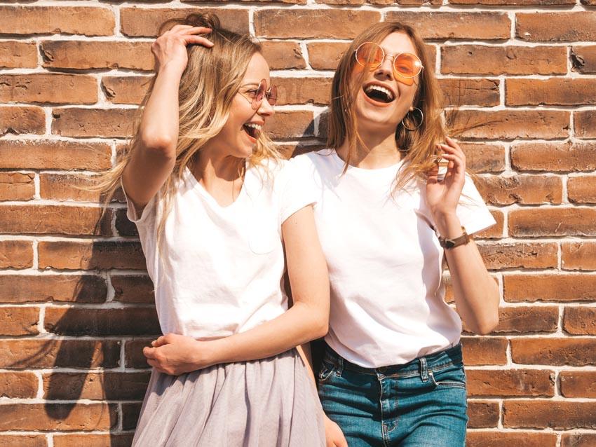 dievčatá v bielych tričkách