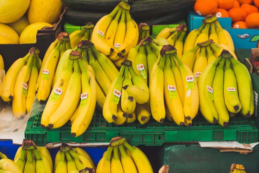 banány s nálepkami