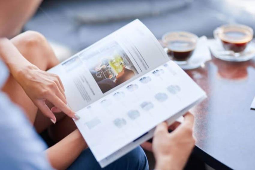 muž a žena prezerajúci si brožúru