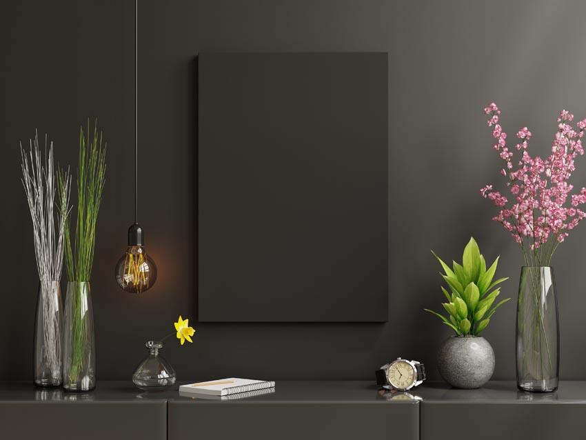 čierne prázdne plátno na čiernej stene