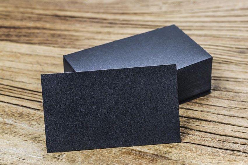 Štós elegantného čierneho hrubého papiera na firemné vizitky