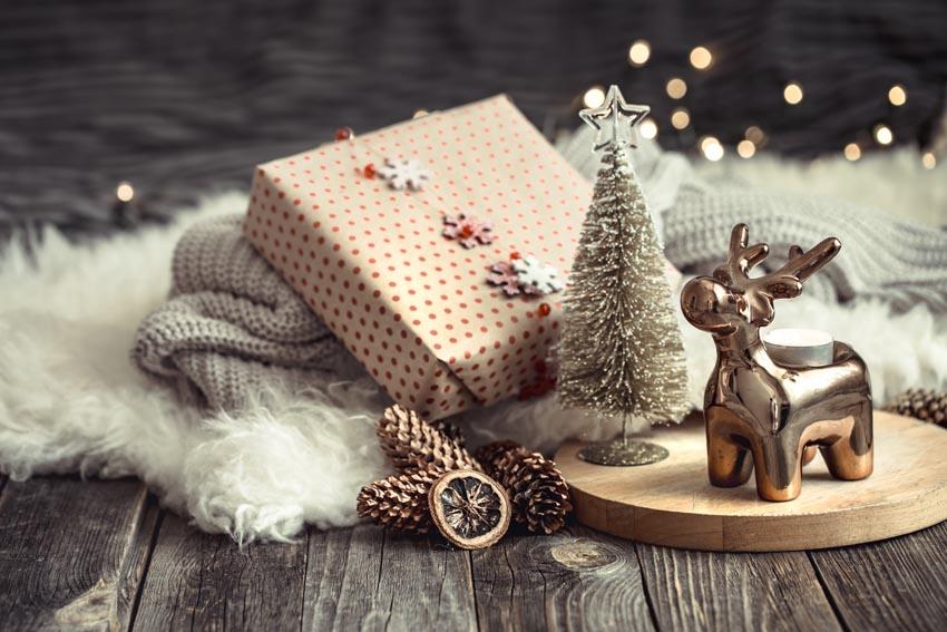 vianočné zátišie s darčekom