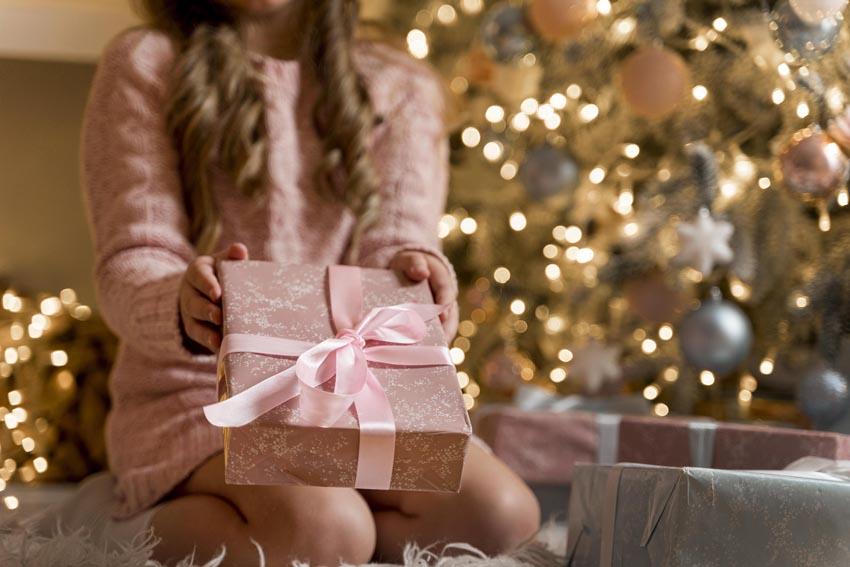 malé dievča podáva darček