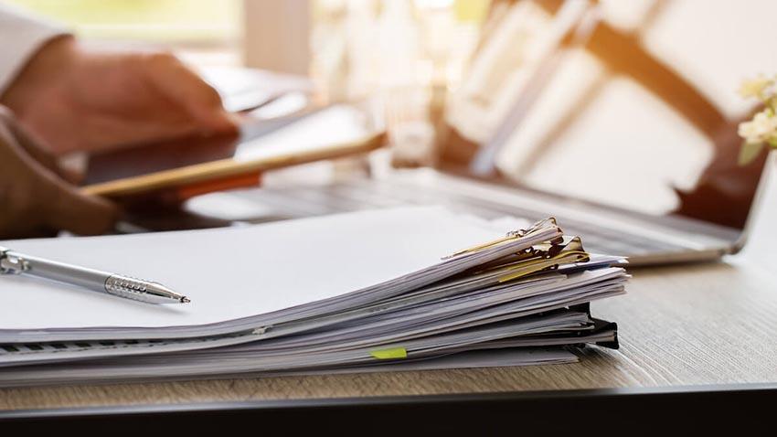Štós popísaných papierov s práve dopísanou diplomovou prácou