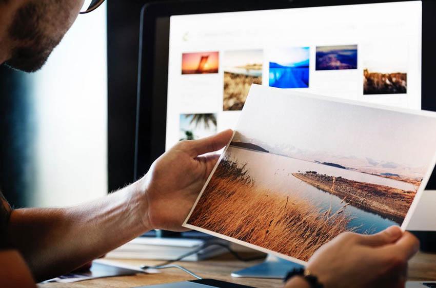 fotograf si prezerá výtlačok fotky