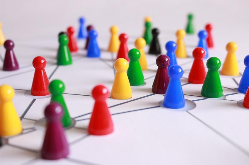 Hracia plocha s mnohými farebnými figúrkami