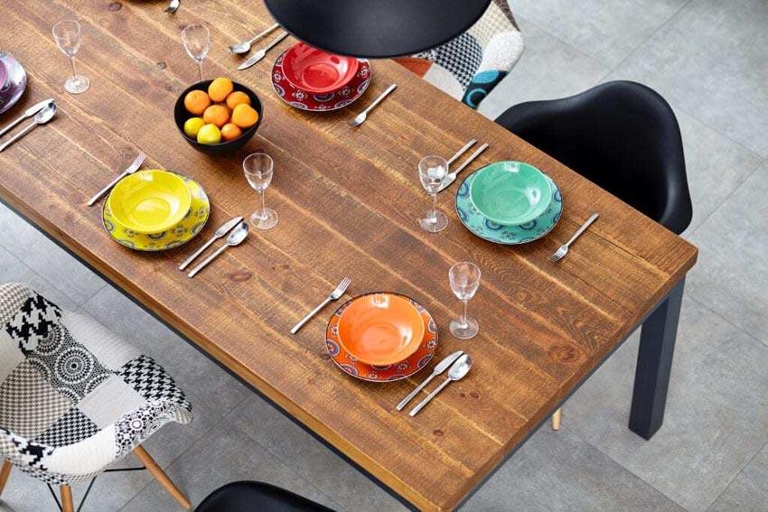 farebne prestretý stôl