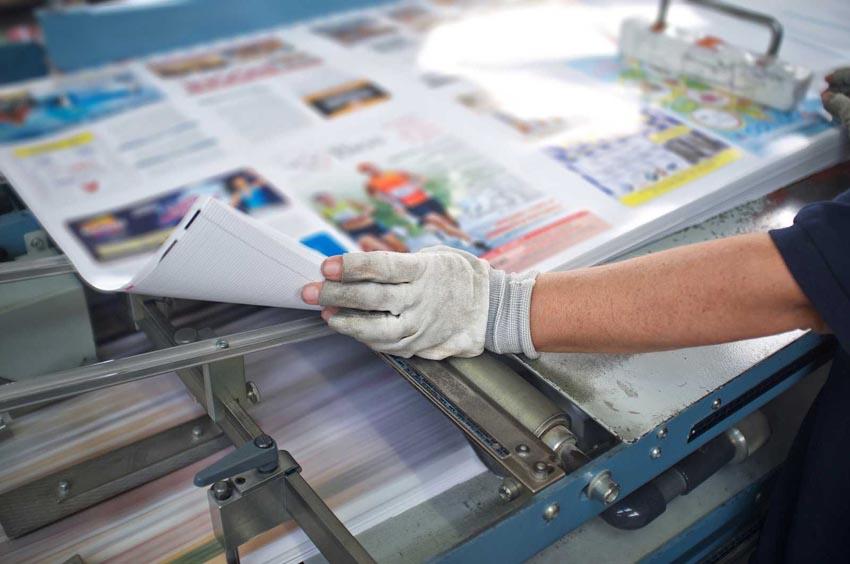 Mužské ruky s výtlačkami