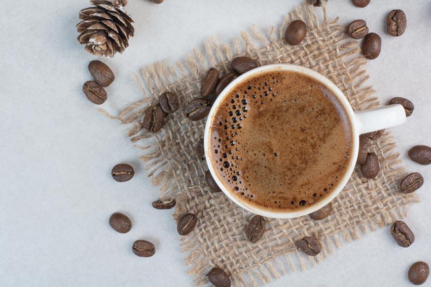 káva v šálke