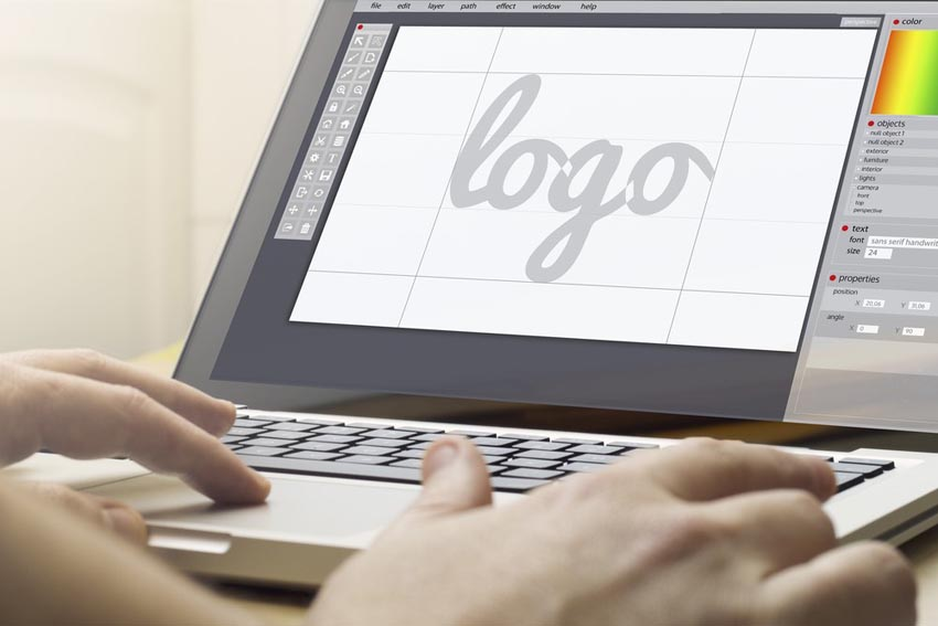 na monitore notebooku nápis logo