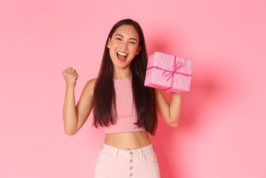 mladá žena s darčekom v ruke