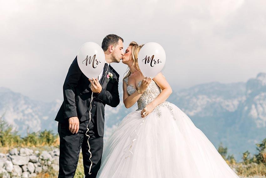 Ženích s nevestou si dávajú bozk