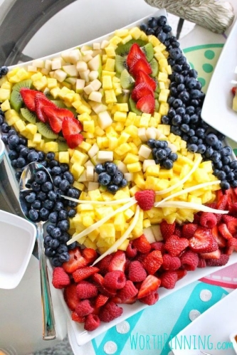 Ovocná misa plná farebného ovocia vhodná na veľkonočný stôl