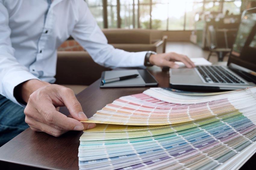 Muž si prezerá paletu farieb