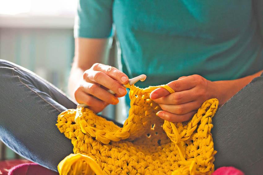 ženské ruky pletú s ihlicami na pletenie