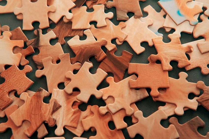 Rozhádzané dieliky puzzle