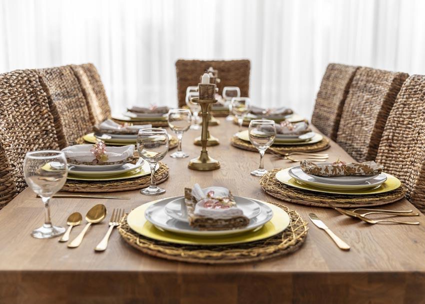 prestretý stôl