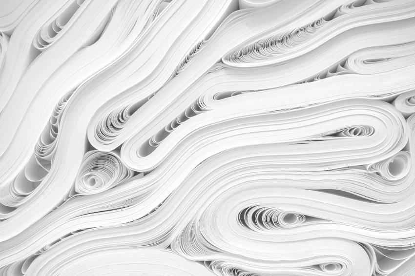 Prierez kôpkami kancelárskeho papiera pohádzaného na sebe