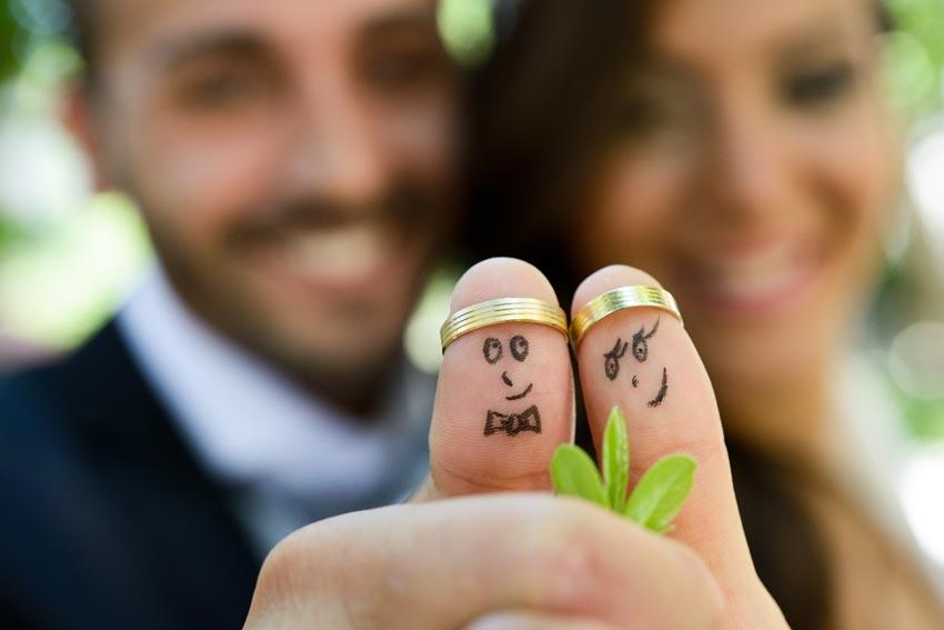 svadobná fotografia s pomaľovanými prstami a obrúčkami