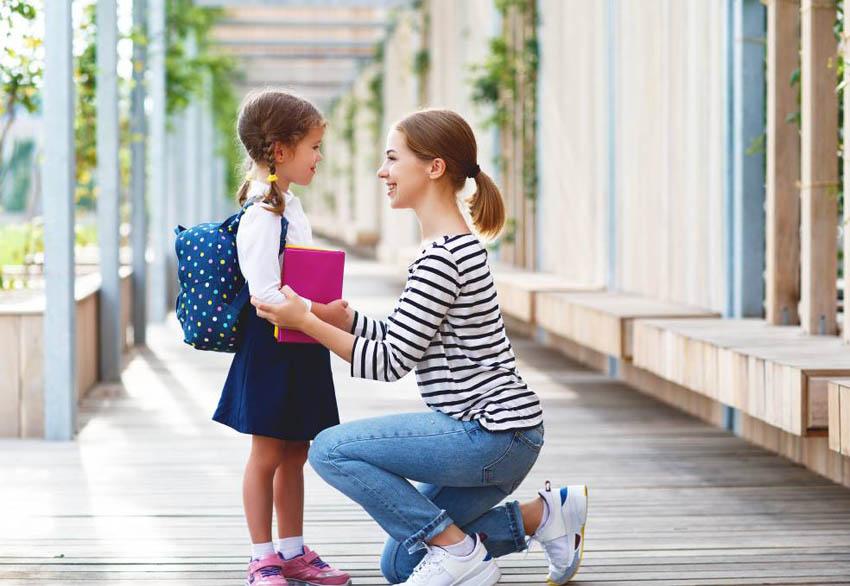 mama sa lúči s dcérkou pred školou
