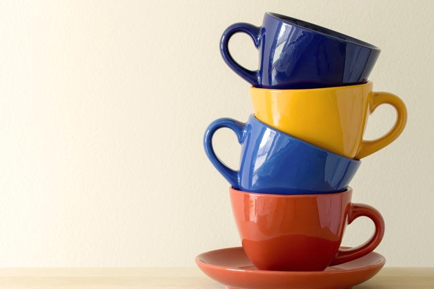 farebné šálky uložené na seba
