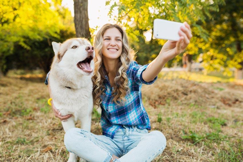 žena si robí selfie so psom