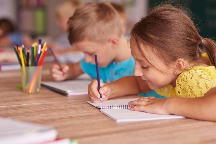 deti v škole píšu do zošita