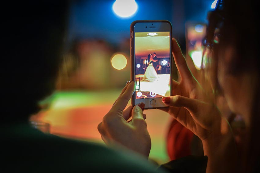 Fotenie mladomanželov s mobilom