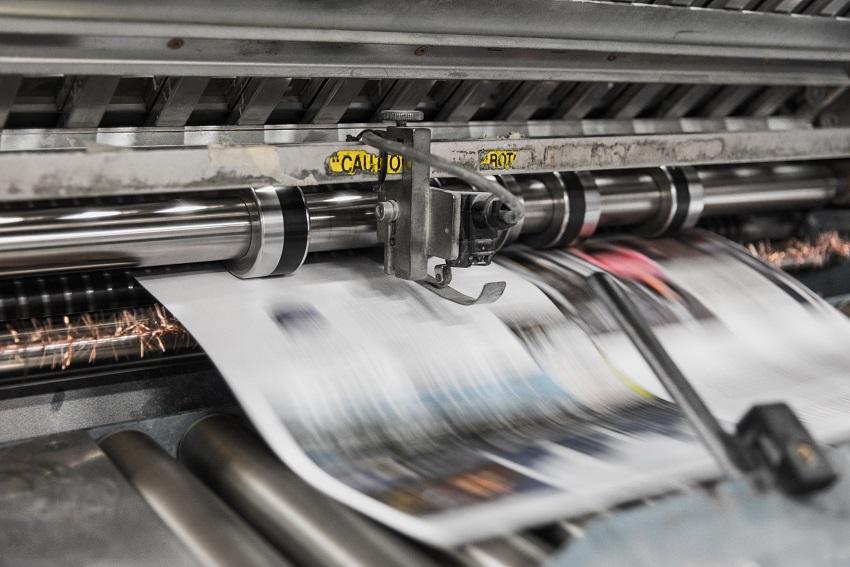 Tlačiareň v procese tlačenia grafiky na papier