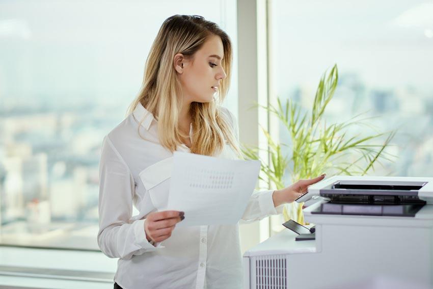 žena sa chystá kopírovať dokumenty