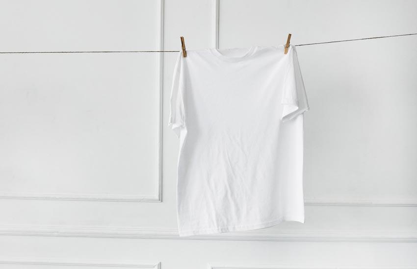 biele tričko na štipcoch