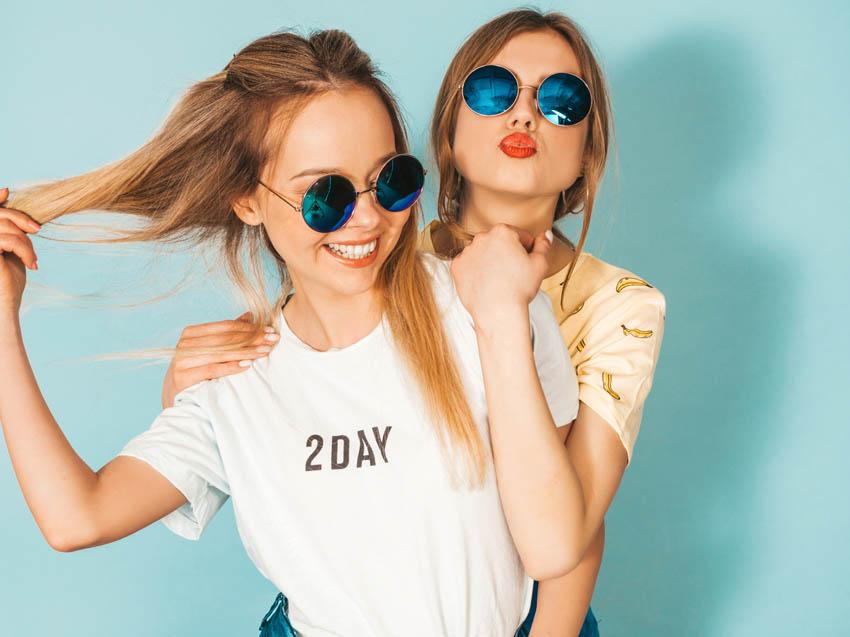 mladé dievčatá v tričkách