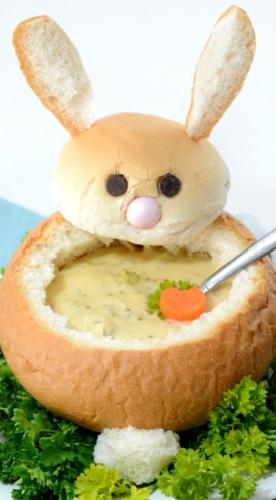 Polievka servírovaná v bochníku chleba ktorý vyzerá ako veľkonočný zajac
