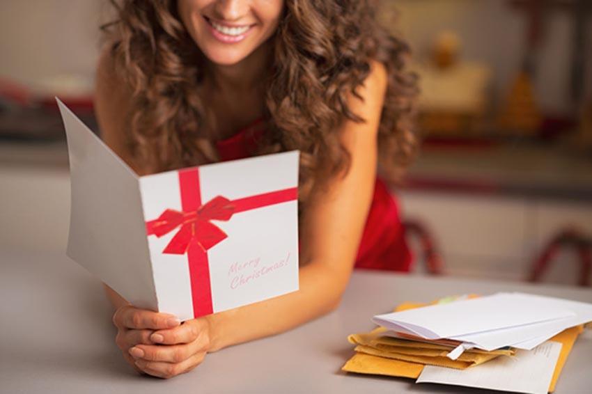 Žena číta vianočné prianie