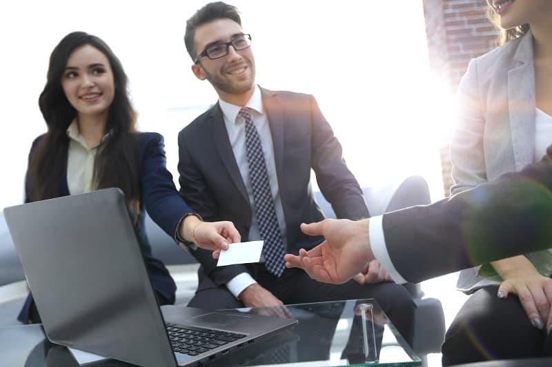 pracovné stretnutie a výmena vizitky
