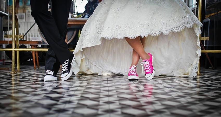 Nohy ženícha a nevesty s teniskami