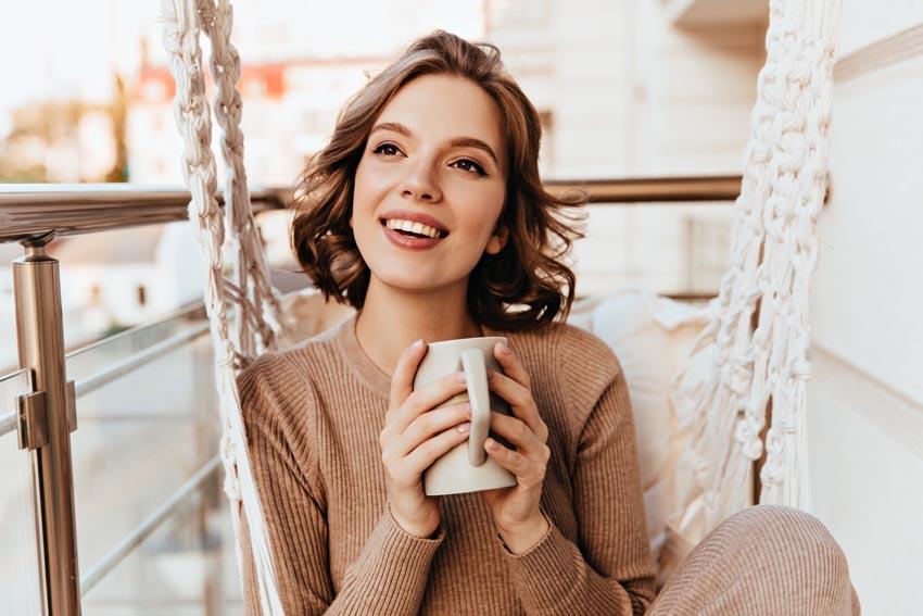 mladá žena so šálkou v ruke