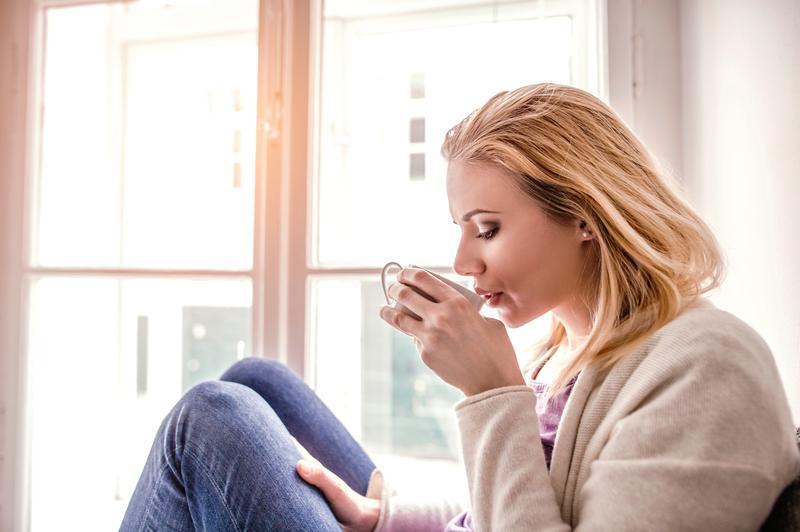 žena pije zo šálky