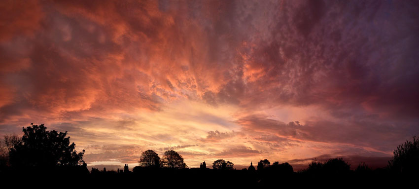 Dramatické divadlo oblakov nad Írskom.