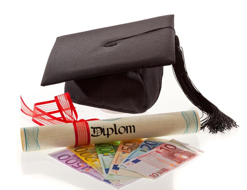 Diplom, promočná čiapka a peniaze