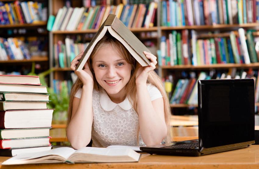 Študentka v knižnici