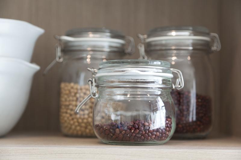 sklenené nádoby s potravinami