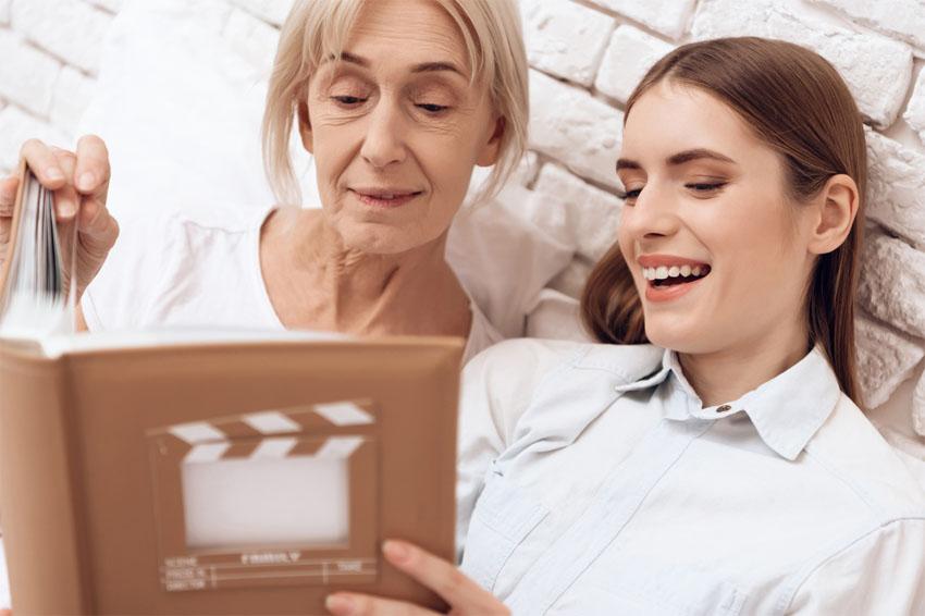 Babka s vnučkou pozerajú fotoalbum