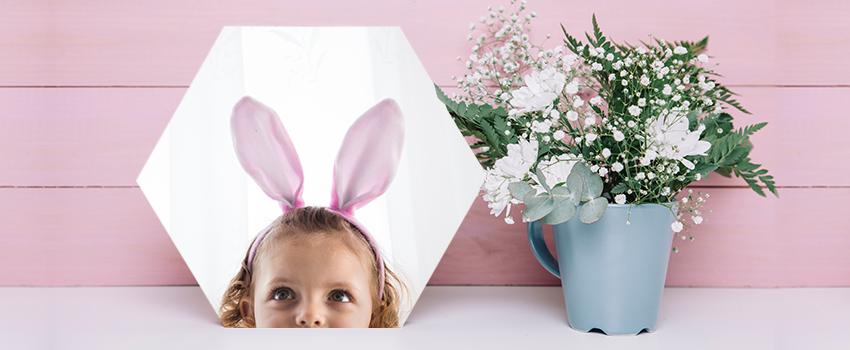fotoobraz hexagón s dievčatkom a kvetina v kvetináči