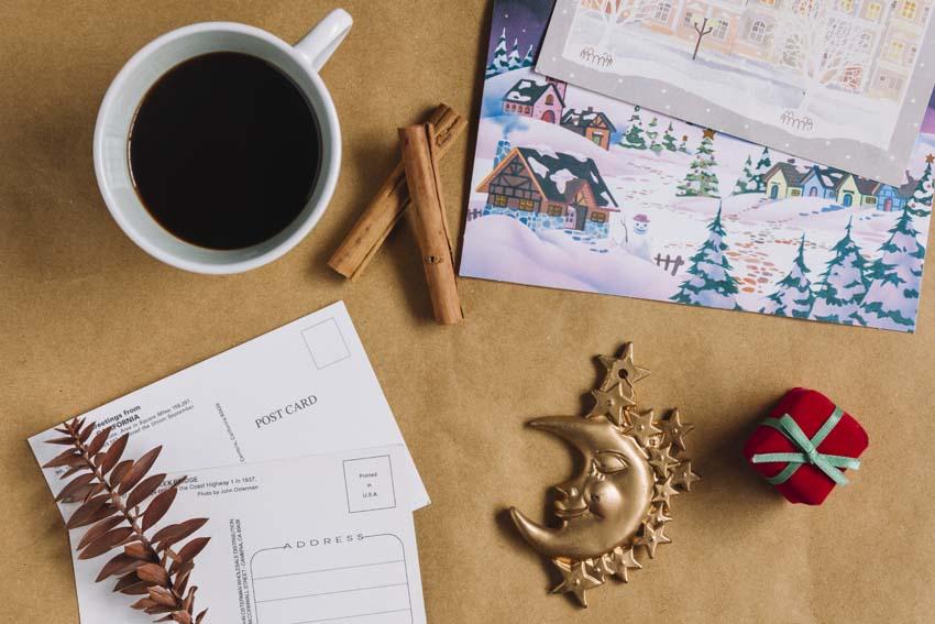 vianočná pohľadnica, ozdoby a káva na stole