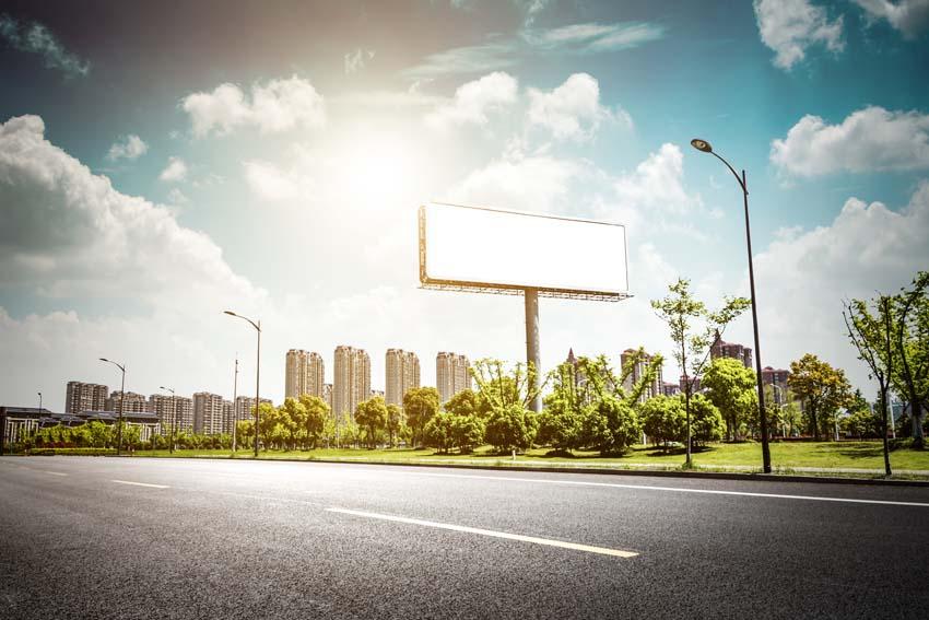 Prázdny billboard pri cestei v meste