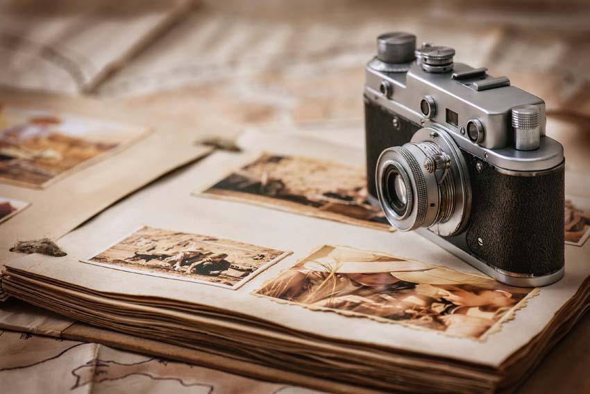 starý fotoaparát a fotoalbum