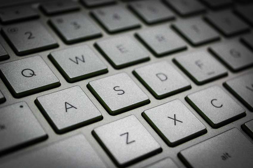 časť klávesnice notebooku