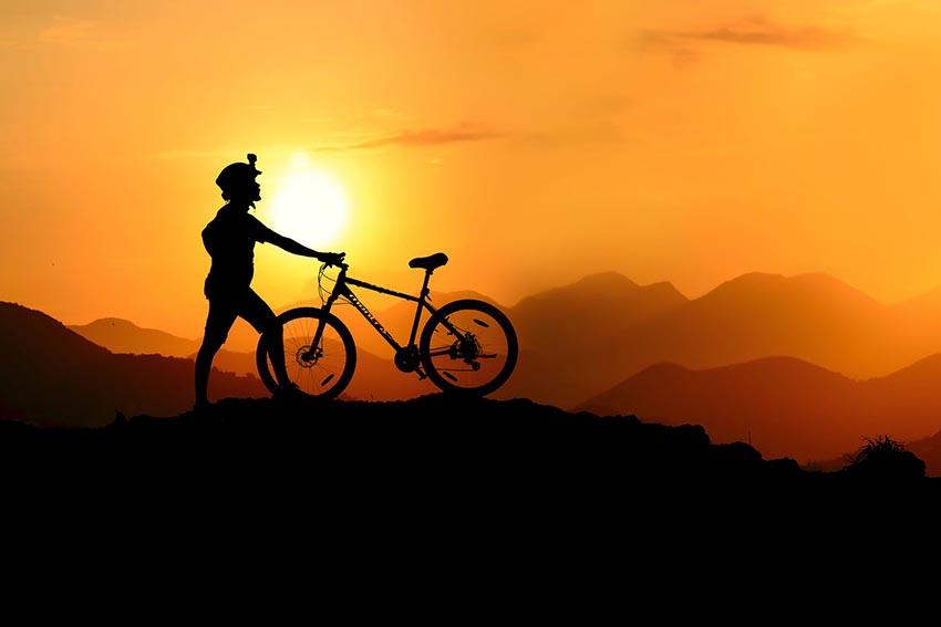 Cyklista pri západe slnka