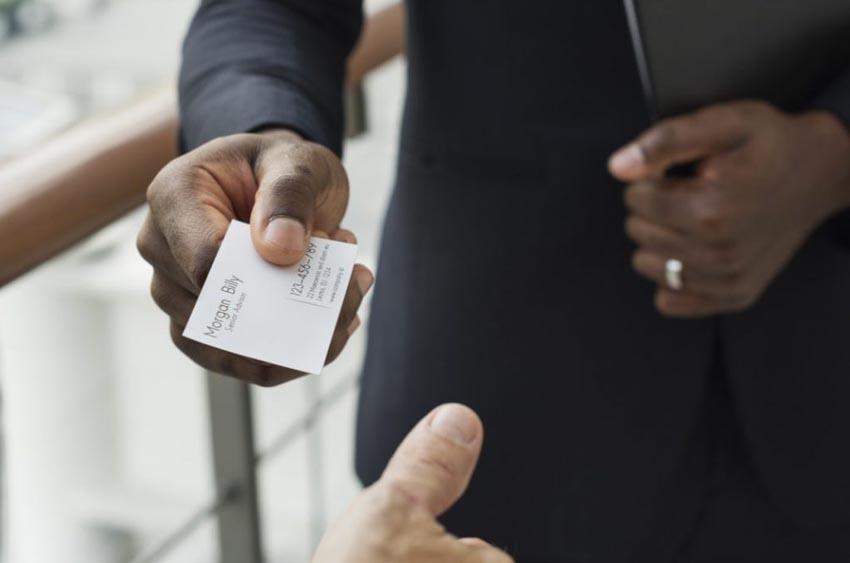 muž podáva vizitku